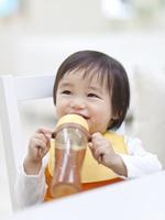 飲み物を持って笑う子供 11004117885  写真素材・ストックフォト・画像・イラスト素材 アマナイメージズ