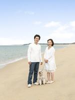 海辺の夫婦と犬