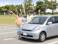 車の横で手を振る日本人の若者達