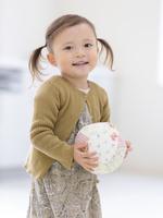 ボールを持つ女の子