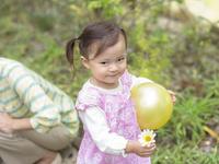 花とボールを持つ女の子
