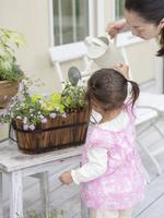 花に水やりする親子
