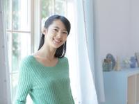 窓辺で微笑む女性