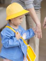 幼稚園の制服を着た女の子