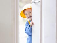ドアを開ける女の子