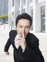 人指し指を立てるビジネスマン