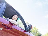 車に乗る40代の女性