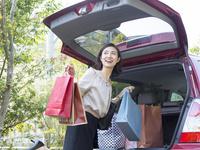 ショッピングバッグを持つ40代の女性