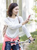 スマートフォンを見る40代の女性