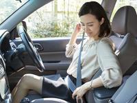シートベルトをする40代の女性