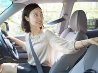 運転をする40代の女性