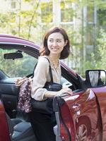 車のドアを開ける40代の女性