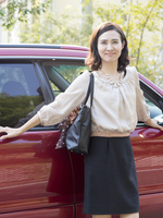 車の横に立つ40代の女性