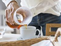 コーヒーを入れる女性の手元
