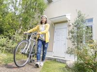 自転車を押す40代の女性