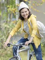 自転車に乗る40代の女性