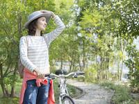 自転車のハンドルを持つ女性