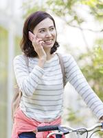 スマートフォンで話す40代の女性