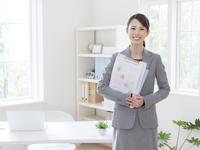書類を抱えたビジネスウーマン 11004118610| 写真素材・ストックフォト・画像・イラスト素材|アマナイメージズ
