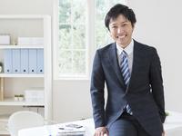 微笑むビジネスマン 11004118611| 写真素材・ストックフォト・画像・イラスト素材|アマナイメージズ