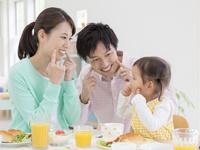 食卓につく家族