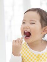 ぶどうを食べる女の子