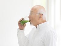 青汁を飲むシニア男性
