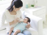 赤ちゃんにミルクを飲ませる母親 11004118744| 写真素材・ストックフォト・画像・イラスト素材|アマナイメージズ
