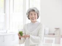 青汁を持つシニア女性