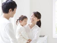 子供を抱いて笑う女性