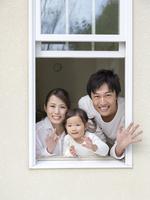 窓から手を振る家族