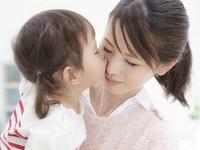 母親にキスする女の子