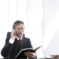 ノートを見ながら通話をするビジネスマン 11004118904| 写真素材・ストックフォト・画像・イラスト素材|アマナイメージズ