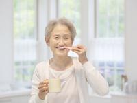歯を磨くシニア女性
