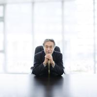 机に肘をつくビジネスマン 11004119042| 写真素材・ストックフォト・画像・イラスト素材|アマナイメージズ