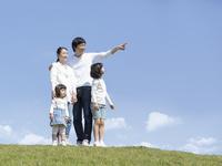 丘に立つ家族