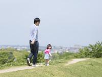 道を歩く日本人の父と娘