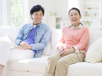 ソファに座る日本人カップル