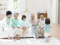 ソファに座る日本人の三世代家族
