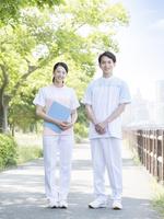 日本人介護士の男女 11004119302| 写真素材・ストックフォト・画像・イラスト素材|アマナイメージズ