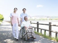 車椅子の患者を押す介護士 11004119326| 写真素材・ストックフォト・画像・イラスト素材|アマナイメージズ