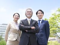 日本人の上司と部下 11004119338| 写真素材・ストックフォト・画像・イラスト素材|アマナイメージズ