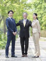日本人の上司と部下 11004119339| 写真素材・ストックフォト・画像・イラスト素材|アマナイメージズ