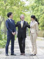 日本人の上司と部下 11004119340| 写真素材・ストックフォト・画像・イラスト素材|アマナイメージズ