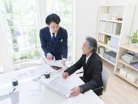 日本人の上司と部下 11004119345| 写真素材・ストックフォト・画像・イラスト素材|アマナイメージズ