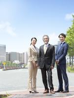 日本人の上司と部下 11004119384| 写真素材・ストックフォト・画像・イラスト素材|アマナイメージズ