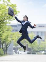 ジャンプをするビジネスマン 11004119392| 写真素材・ストックフォト・画像・イラスト素材|アマナイメージズ