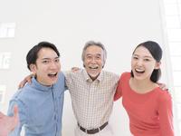 肩を組む日本人の家族