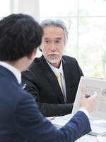 会議する2人のビジネスマン 11004119428| 写真素材・ストックフォト・画像・イラスト素材|アマナイメージズ