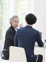 会議する2人のビジネスマン